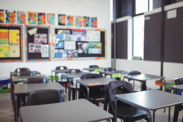 imagen de las mesas de una clase
