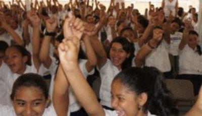 imagen de una clase de niñas con los brazos levantados