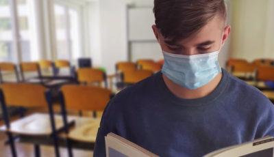 un estudiante con mascarilla