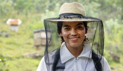 imagen de una joven apicultora