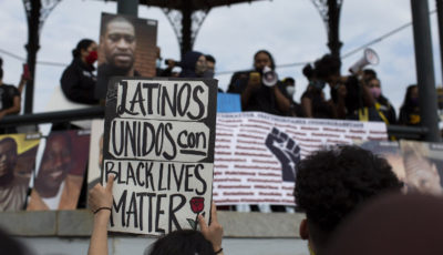 pancarta latinos unidos con Black lives matter
