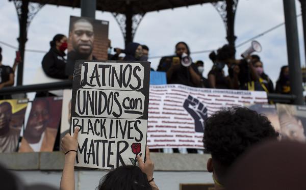 Imagen de una manifestación con la pancarta Latinos unidos con Black lives mater