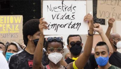 una joven con la pancarta nuestras vidas importan
