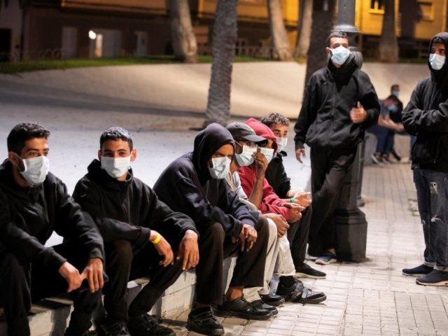 Grupo de inmigrantes den la calle