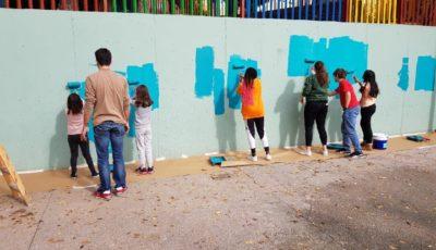 imagen de varios jóvenes pintando un muro