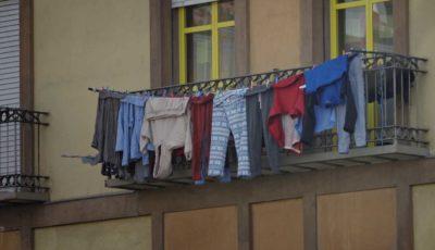 Un balcón con ropa tendida