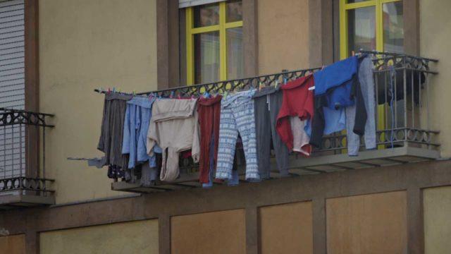 Imagen de un balcón con ropa tendida