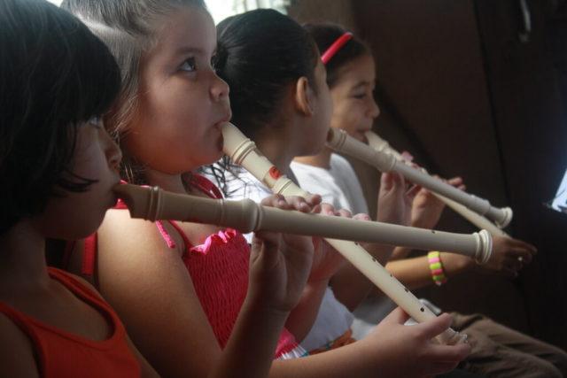 Imagen de varias niñas tocando la flauta