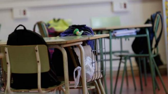una mesa de una escuela