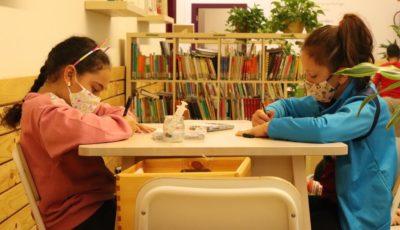 Dos niñas con mascarilla en una clase