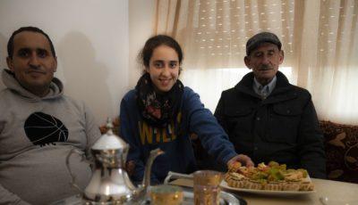 Imagen de Sana Aboufaris con su padre y su abuelo