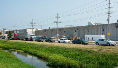 Fila de coches de trabajadores de un matadero de Nebraska