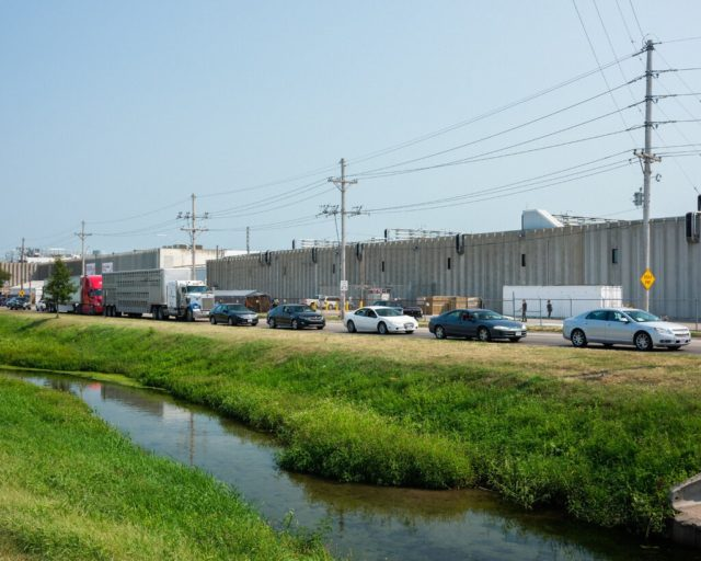 Una fila de coches de trabajadores de un matadero de Nebraska