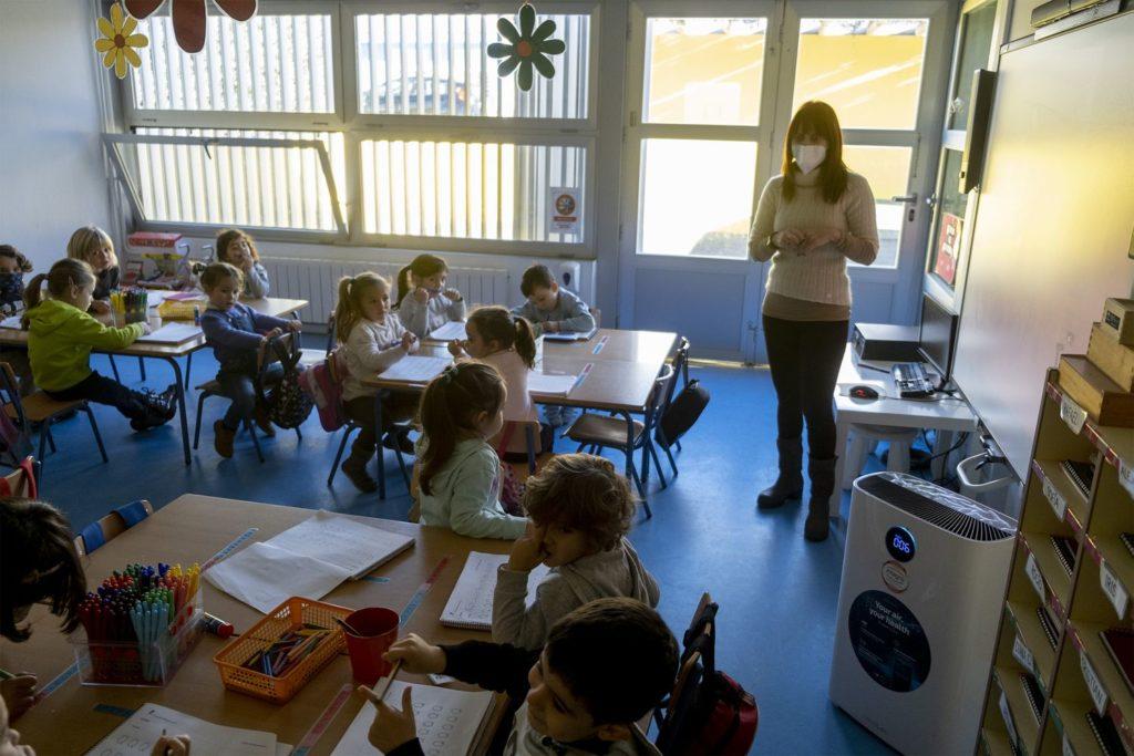 Clase de infantil con una maestra con mascarilla