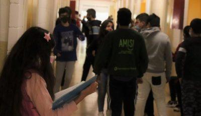varios jóvenes en un pasillo de instituto