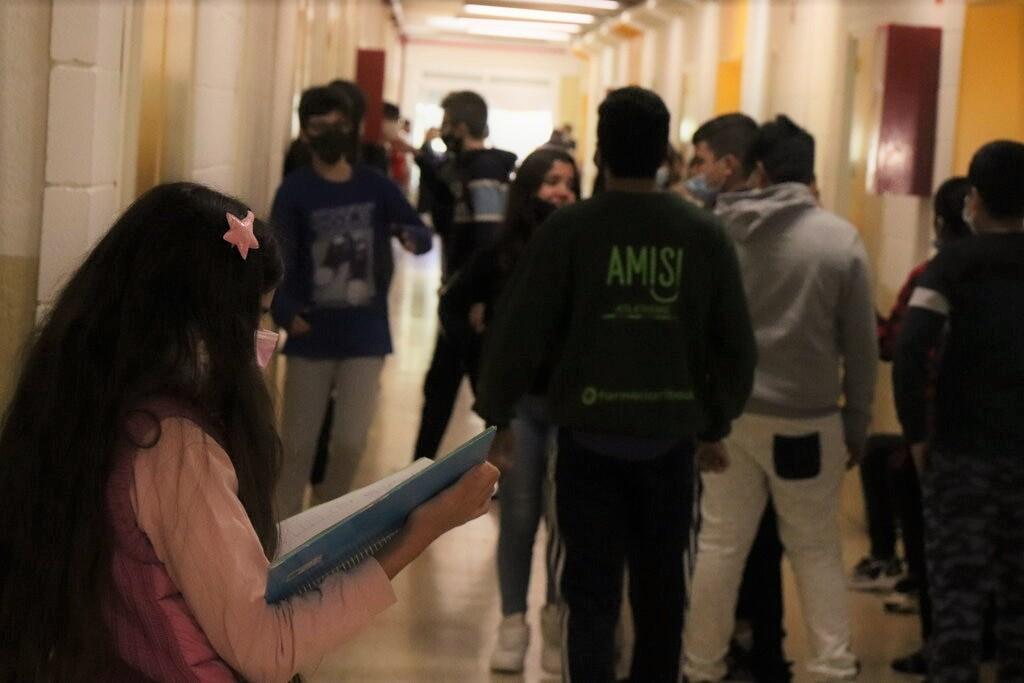 varios jóvenes en un pasillo de un instituto