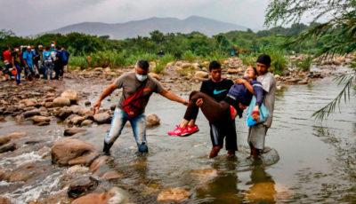 Varios venezolanos llevan a una mujer herida a la frontera colombiana