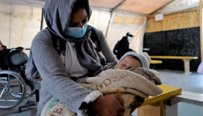 una madre con un bebé en Lesbos