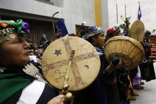 imagenes de varios indígenas mapuche tocando instrumentos musicales