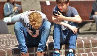 dos adolescentes mirando sus móviles
