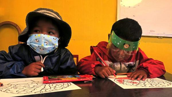 imagen de dos niños bolivianos en clase