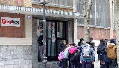 puerta del colegio Presentación de María