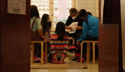 un grupo de alumnas con un profesor llevando mascarillas