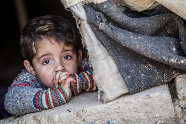 imagen de un niño sirio entre unos escombros