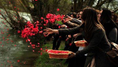 una joven echa pétalos de flores