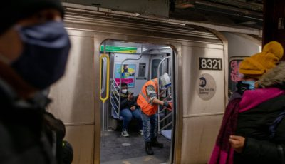 un hombre limpia un vagón de metro