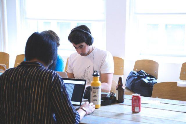 dos personas trabajan en ordenadores
