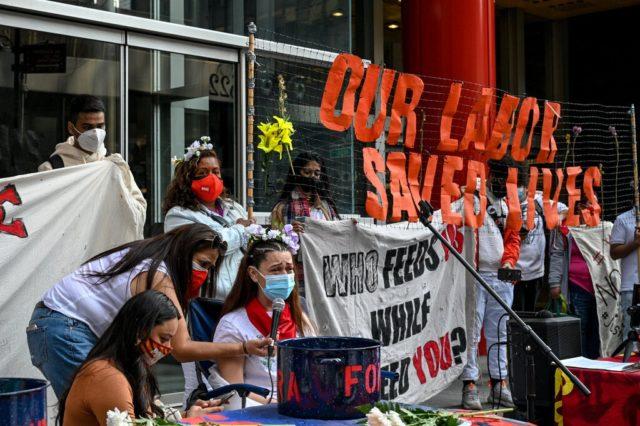 grupo de trabajadoras con pancartas