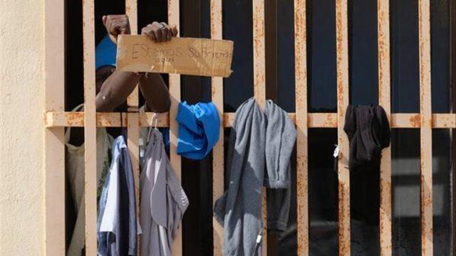 un inmigrante en una reja en Fuerteventura