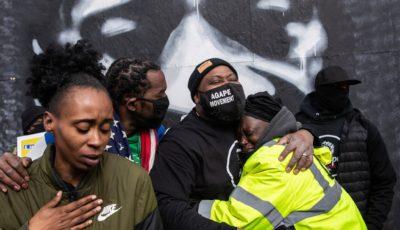 personas de color celebran el veredicto