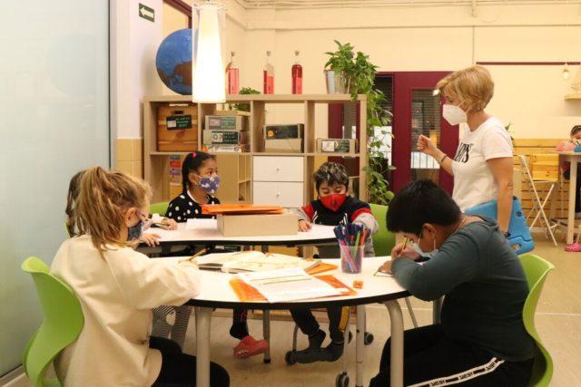 una clase con niños y niñas de diferentes etnias