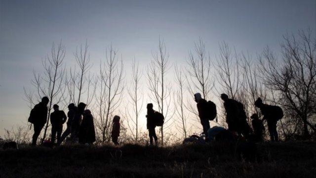personas en la frontera griega