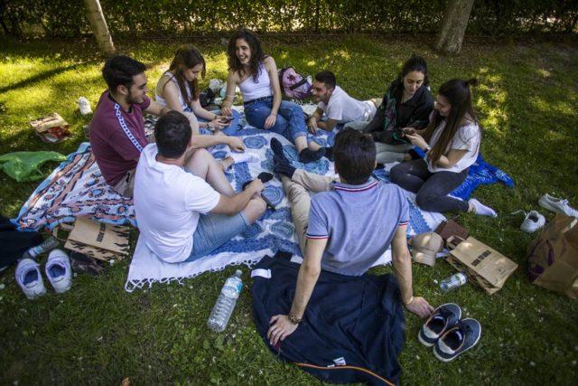 varios jóvenes en un parque