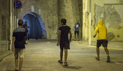 varios jóvenes en Melilla