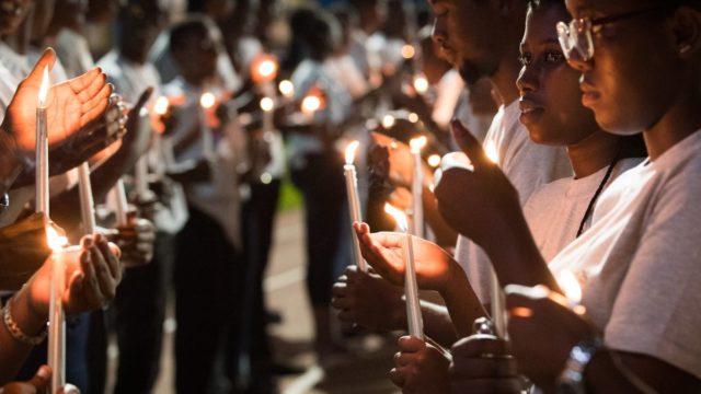 mujeres encienden velas en un homenaje a las víctimas de Ruanda