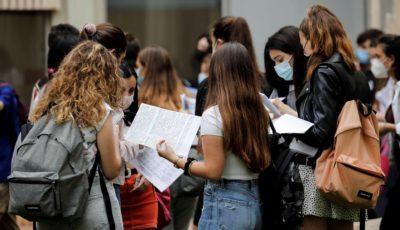 grupo de personas a la entrada del examen EVAU