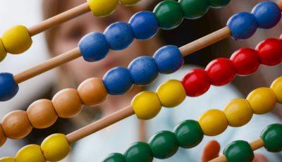 un ábaco con cuentas de colores