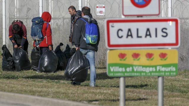Imagen de varios inmigrantes en un campamento de Calais
