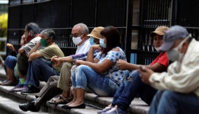 grupo de personas sentados en la calle