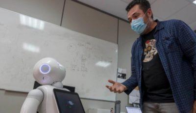 imagen de un hombre que parece hablar con un robot