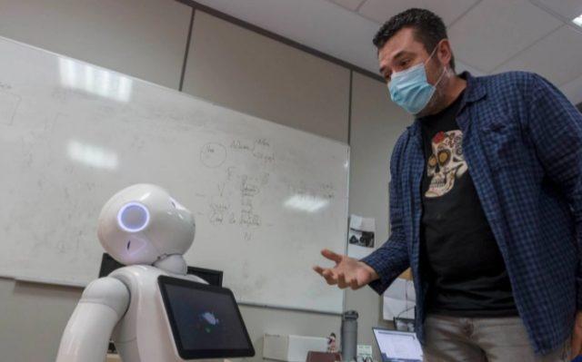 imagen de un hombre que hablar con el robot Pepper
