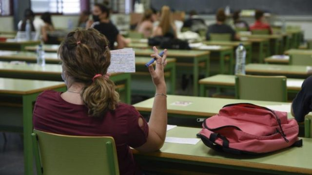 una clase con estudiantes sentados