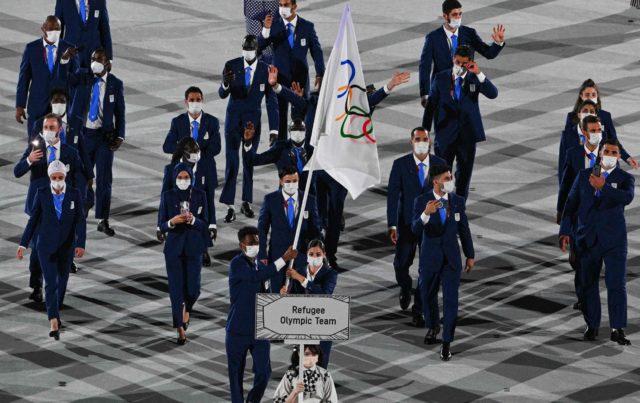 imagen del equipo de exiliados en la inauguración de los JJOO