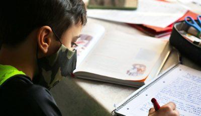joven estudiante con mascarilla