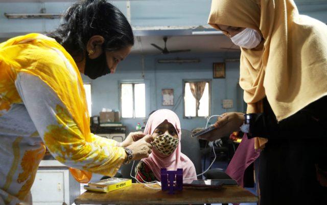 jóvenes indias en un laboratorio