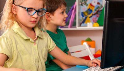 niño y niña ante un ordenador